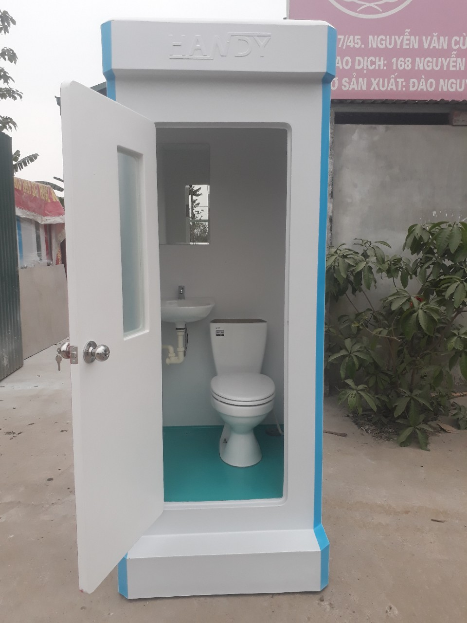 Xí bệt inax, phụ kiện inox, lavabo inax, đèn downlight và gương phòng tắm Bỉ