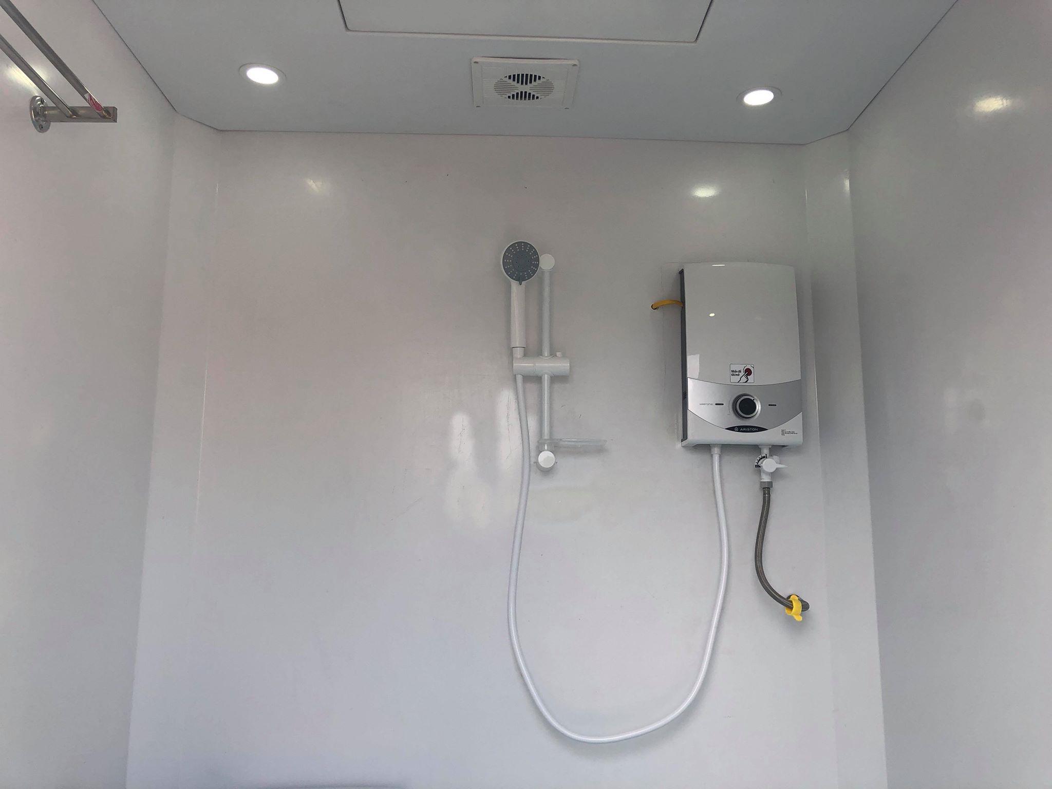Bình nước nóng trực tiếp Ariston có bơm trợ lực được trang bị cho nhà vệ sinh di động Handy H17.3